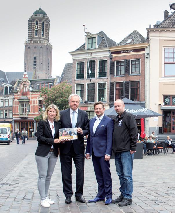 Burgemeester ontvangt eerste exemplaar 'Zwolle kleurt oranje!'