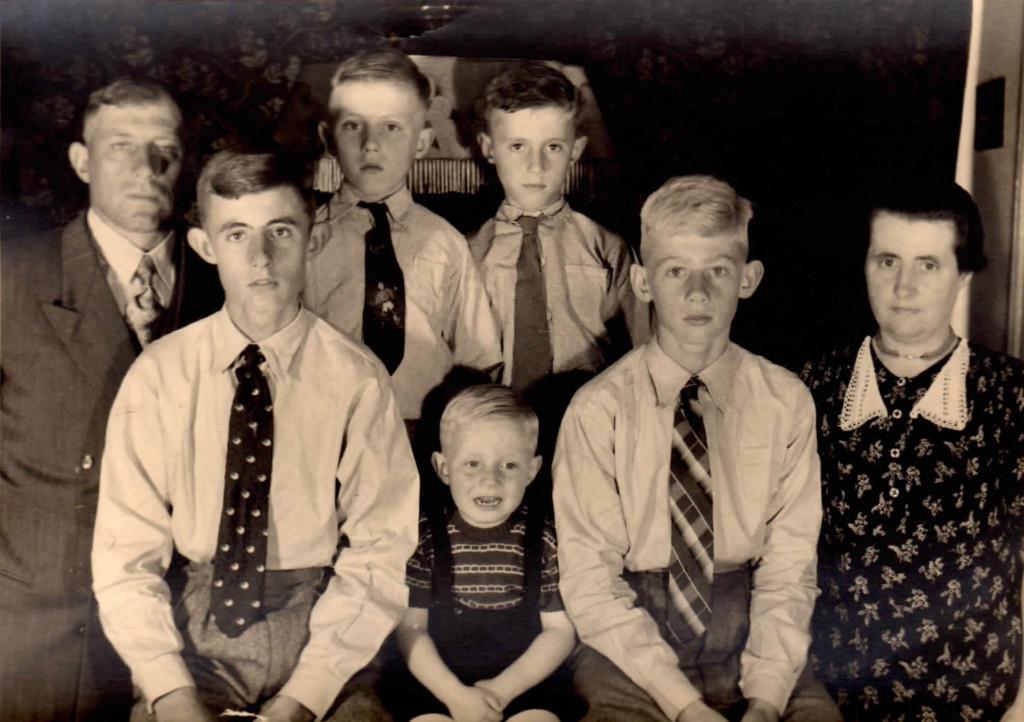 Omstreeks 1953, Groenestraat 120 - Vader Hendrik, Piet, Derk, Gerrit, Gerard, Harm, moeder Aaltje.