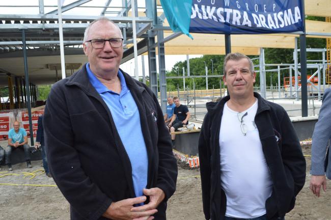 Jos Brouwer en Marcel Nieman van Fun Diving bij het zwembad-in-aanbouw.