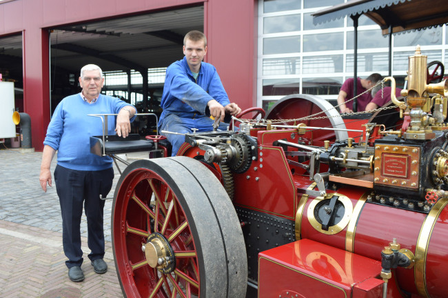 Rien en Sam van Osch bij de zelfgebouwde tractor.