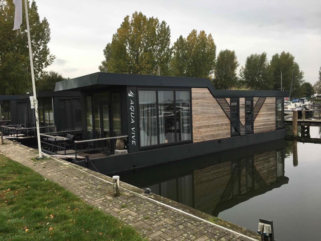 De eerste woonarken liggen al aan het Veluwemeer.