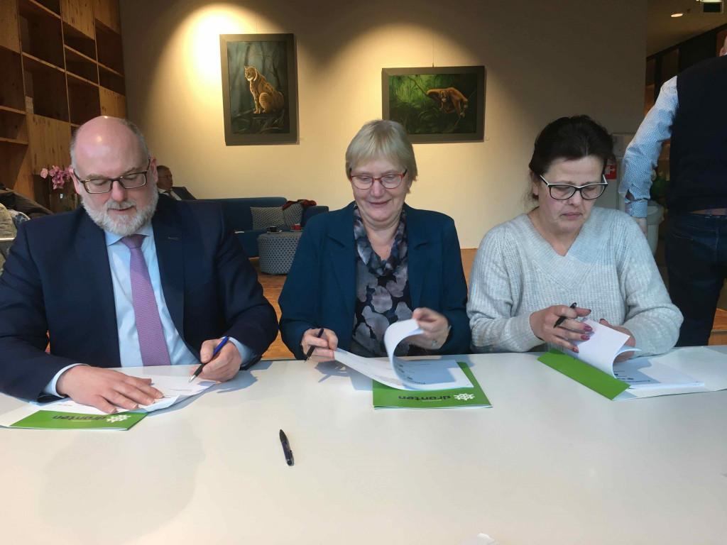 Peter van Bergen, Truus Sweringa en Claudia van Loveren ondertekenen de afspraken.