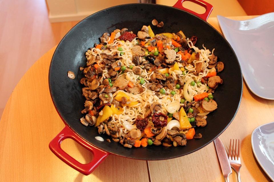 Zeewoldenaren maken met een paella pan op een vuurschaal heerlijke gerechten