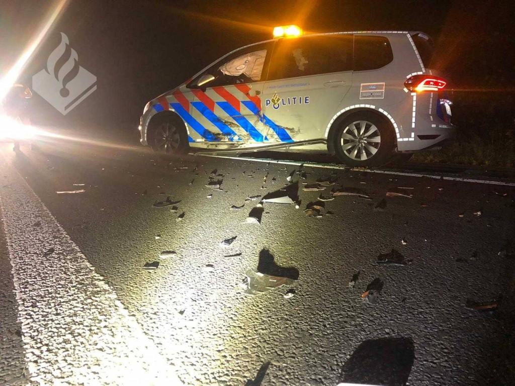 De beschadigde politie-auto.