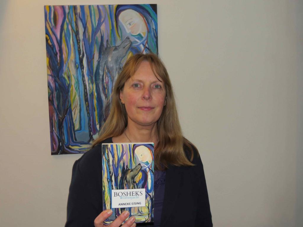 Anneke Eising met haar nieuwste boek.