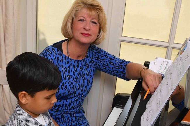 Liesbeth Seppenwoolde met haar jongste leerling Oscar Zecha.