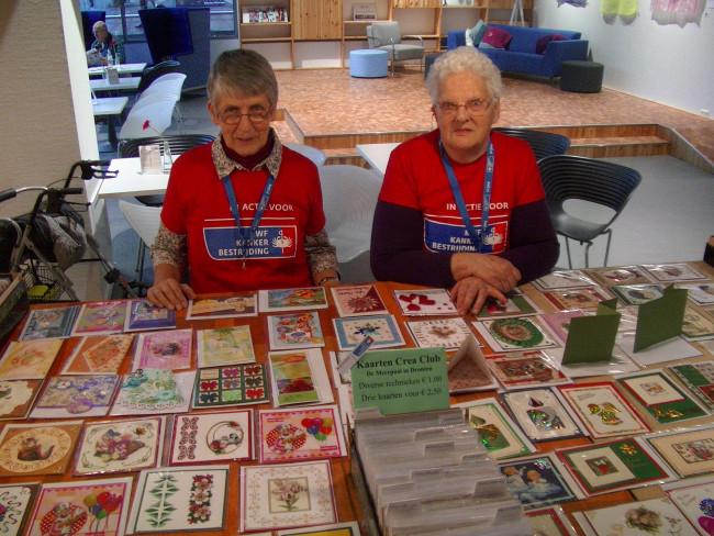 Ineke Gijzen en Henny Weerwag in de stand van de Crea Club.