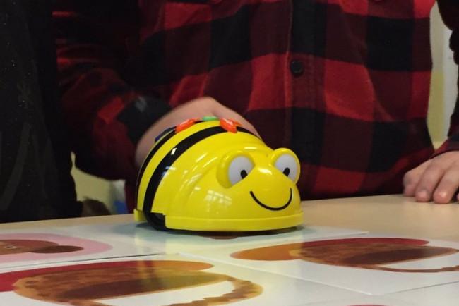 Workshop voor kinderen over programmeren van robot in bibliotheek Biddinghuizen