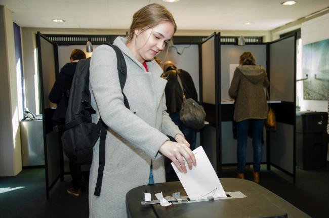 Stemmen in het gemeentehuis in Dronten.