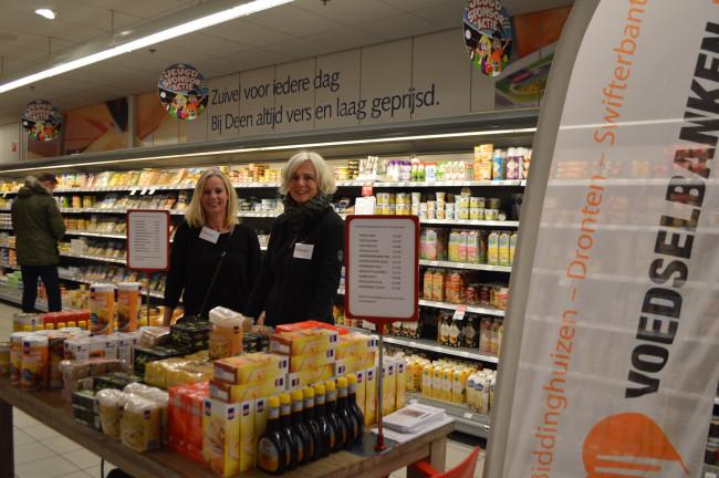 Voedselbank houdt winkelactie bij Deen-supermarkt in het centrum van Dronten