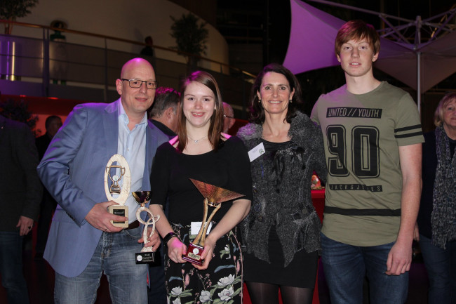 Bart Heerikhuisen (coach), Kayleigh Heerikhuisen, Alice Naber-Lozeman en Daan Schade (v.l.n.r.) bij de sportverkiezingen.