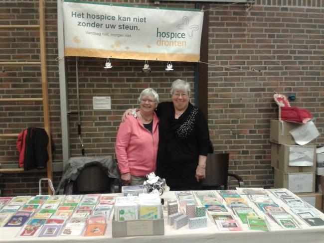 Gerda Niekamp en Anny van Haperen verkopen kerstkaarten voor hospice