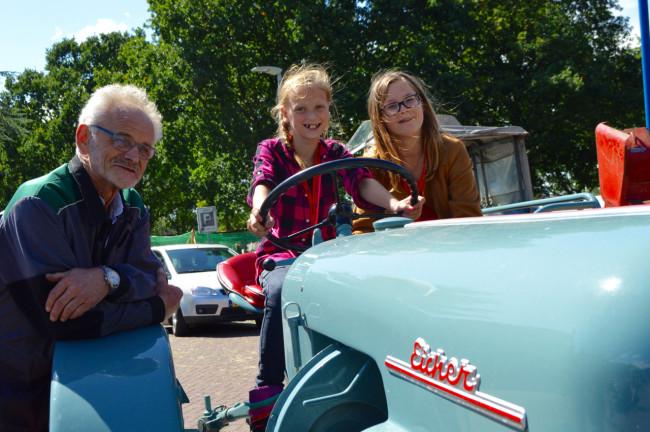 Henk Grijsen met enkele belangstellende kinderen tijdens het julifeest in Swifterbant.
