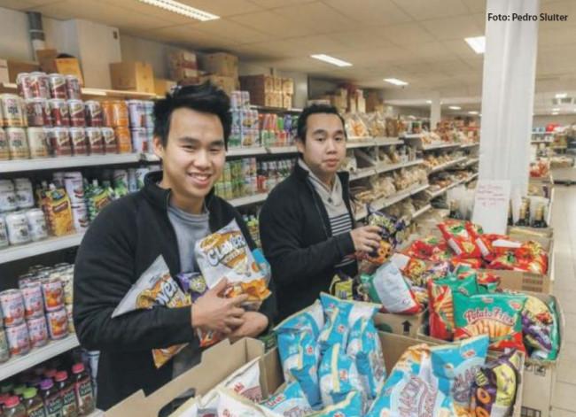Thai en Dinh Phan; de tweeling die de Aziatische supermarkt van nieuw elan voorziet. Met een soortgelijke zaak in Leeuwarden waar hun 'grote broer' de leiding heeft.
