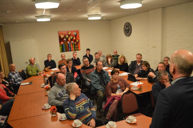 Eric Daniëls (rechts) spreekt de omwonenden toe.