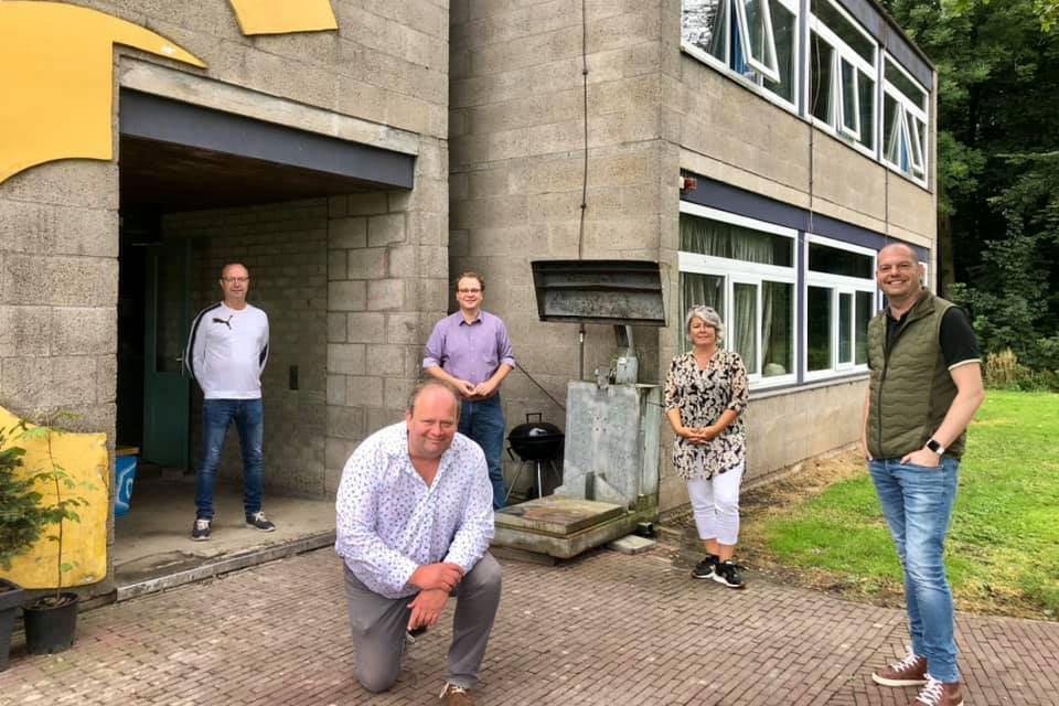 Bart Plaatje (voorgrond) leidde Paul Vermast (GroenLinks), Suzanne Stoop (PvdA) en Peter Duvekot (SP) rond op de campus.
