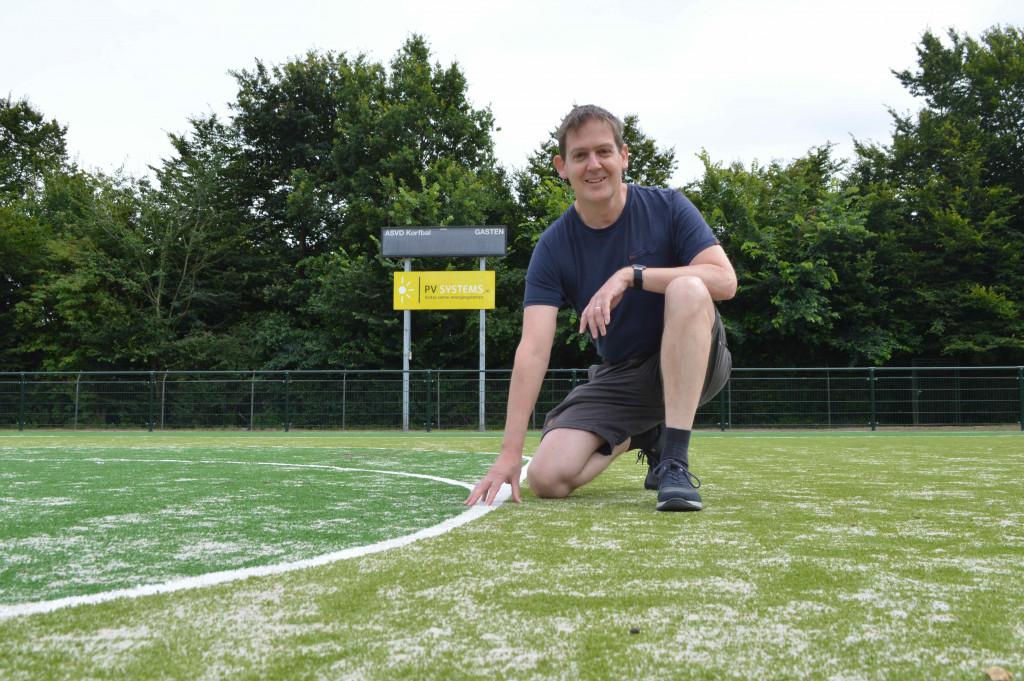 Alexander van den Hemel op het nieuwe hoofdveld van ASVD Korfbal.