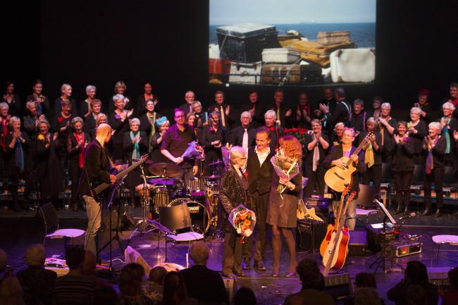 De Swifterbantse koren op het podium van De Meerpaal.