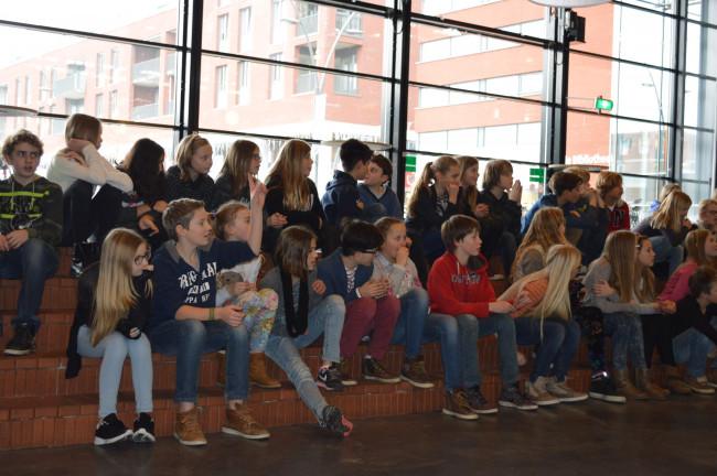 Dronter leerlingen bezoeken schoolvoorstelling in De Meerpaal