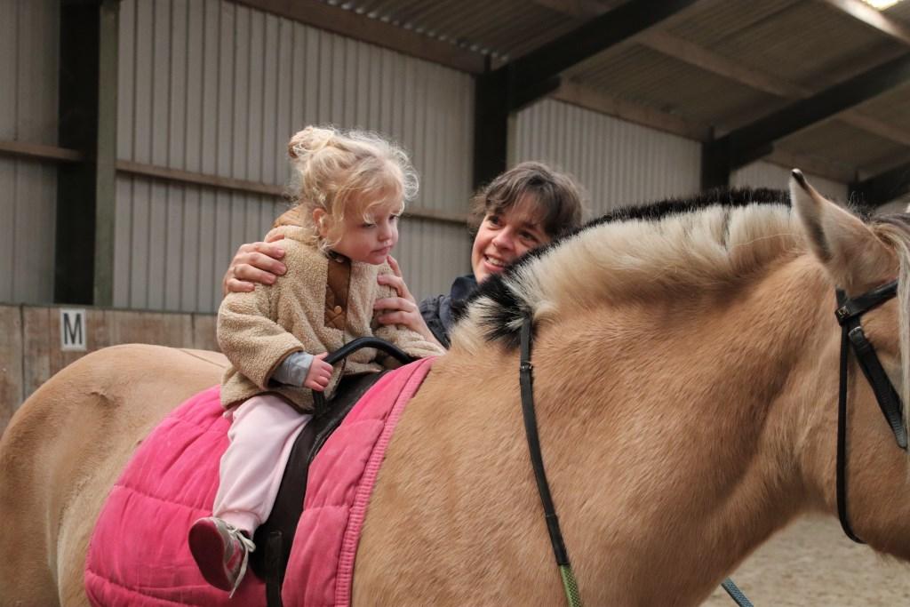 De driejarige Mare rijdt voor het eerst op een pony Foto: Annie Maessen © DeMooiSonenBreugelKrant