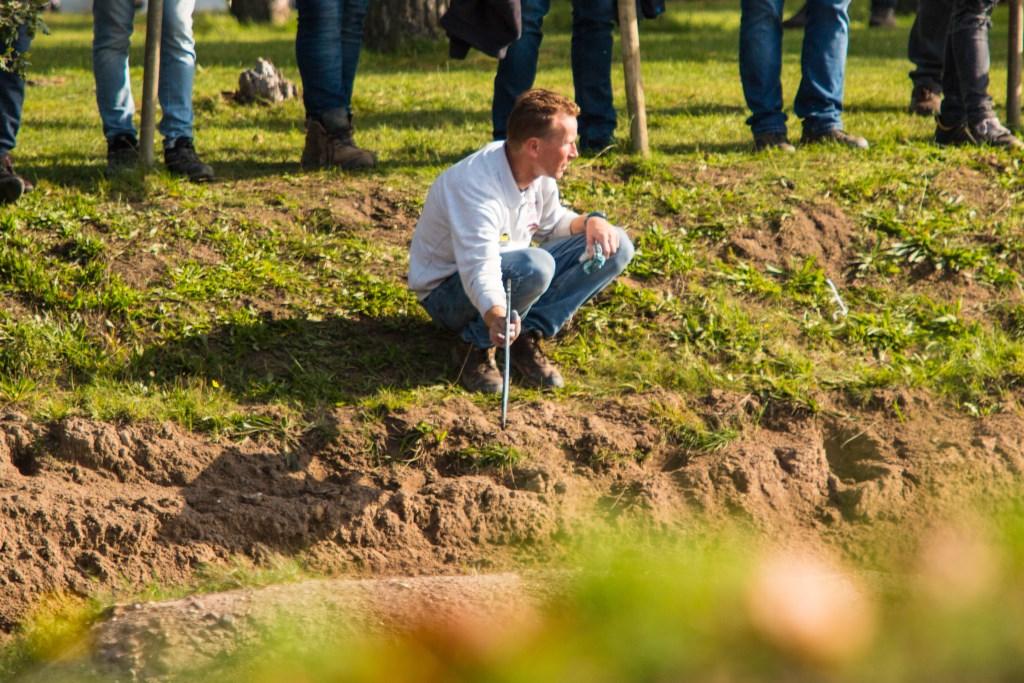 ader Hulsen toont zijn zoon de voorsprong op de concurrentie Foto: Erwin Steijaert © DeMooiSonenBreugelKrant