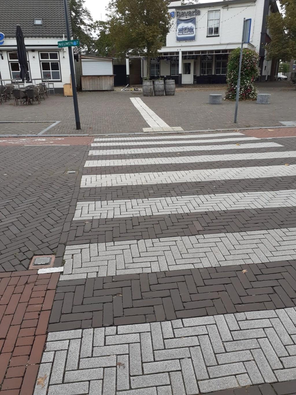 Zebrapad tussen Café Het Raadhuis en de Fietsenwinkel Van den Berg aan de Nieuwstraat in Son Foto: Ineke van Uden © DeMooiSonenBreugelKrant