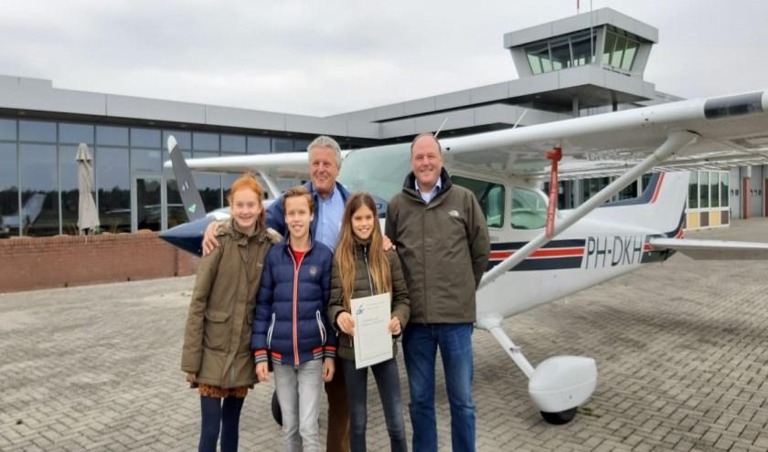 V.l.n.r.: Yannick Spanjers, Luuk van Minos en Lynn Schutjes. Achter: de piloot en sponsor van de rondvlucht dierenarts Rob Peeters   | Fotonummer: 295321