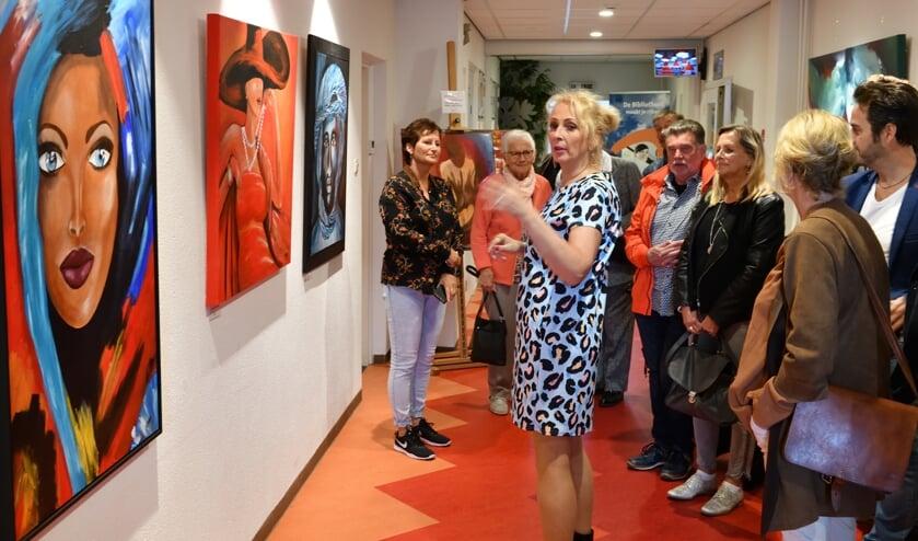 Moniek tijdens de opening van haar expositie   | Fotonummer: 99b06c