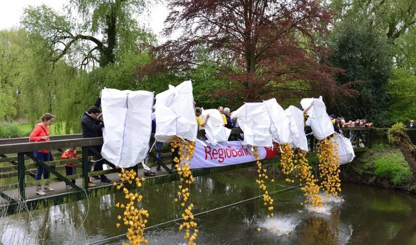 De gele eendjes worden te water gelaten tijdens Koningsdag 2018   | Fotonummer: 048b25