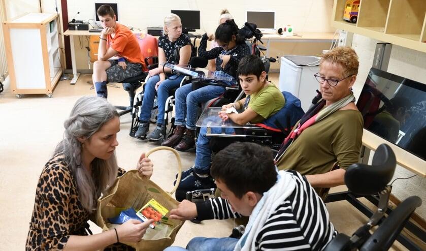 Leerlingen volgen de workshop gegeven door Michelle Hieltjes   | Fotonummer: 88cedb