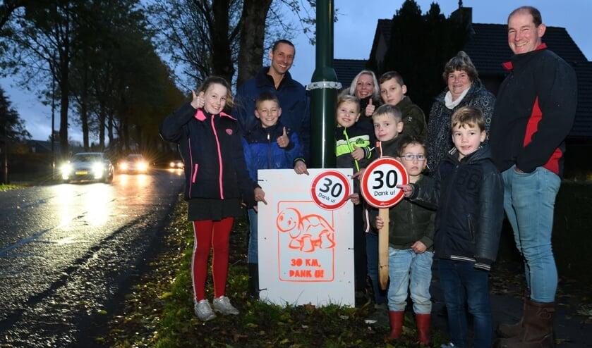 Bewoners van de Van den Elsenstraat en Eind hebben bordjes opgehangen en neergezet om automobilsten te wijzen op de maximale toegestane snelheid   | Fotonummer: 2fd9df