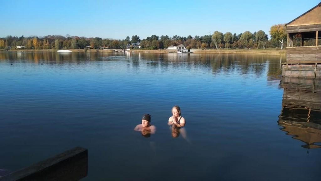 Twee deelnemers liggen in het koude water Foto: Ingezonden © DeMooiSonenBreugelKrant