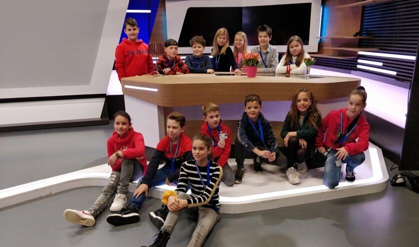 De jeugdgemeenteraadsleden in de studio van Omroep Brabant     Fotonummer: 284c3d