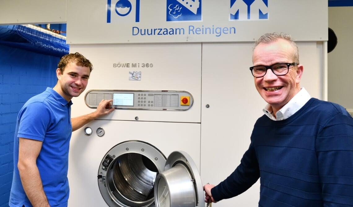 <p>Kyron en Ren&eacute; Brus bij hun nieuwe reinigingsmachine (archieffoto)</p>