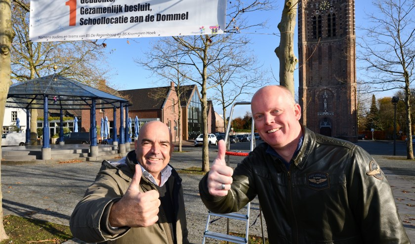 Jan Fidder (l) en Mark de Jongh (r) hebben het spandoek in het centrum opgehangen   | Fotonummer: e41f26