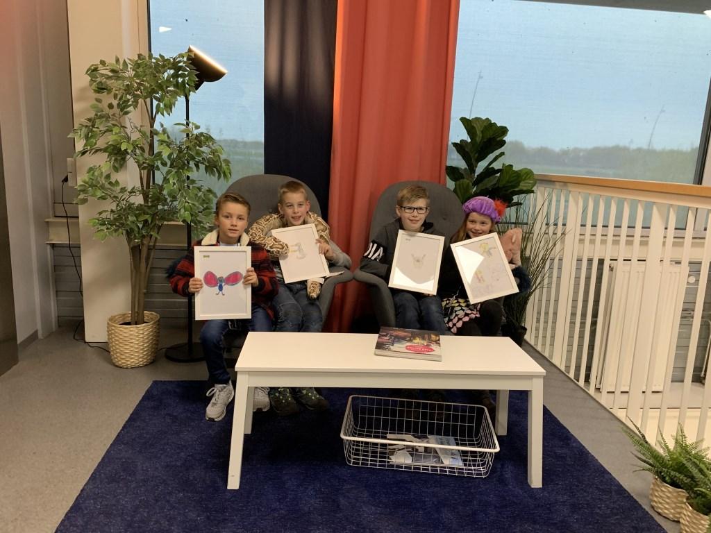 Olivier (l) houdt zijn tekening vast. Naast hem drie kinderen die niet door zijn naar de finale  © DeMooiSonenBreugelKrant