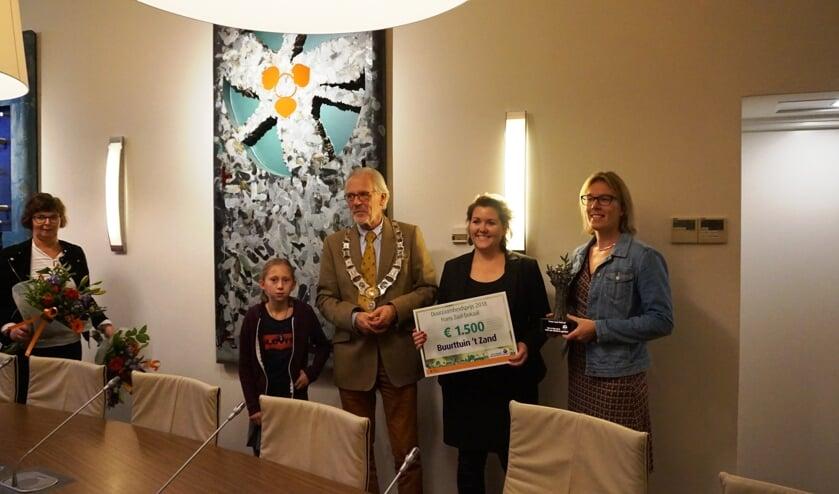 Vrijwilligers van buurttuin 't Zand nemen de Frans Zaal-bokaal 2018 in ontvangst   | Fotonummer: 0d0383