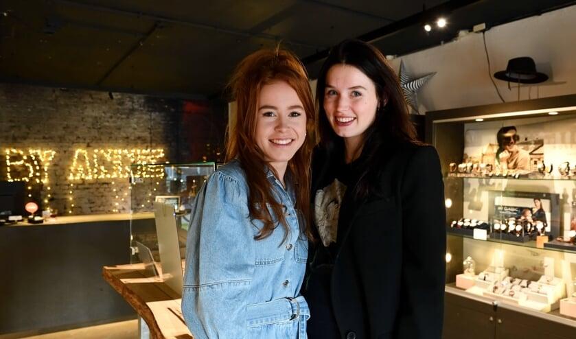 Danique (l) en Anne (r) in de winkel     Fotonummer: 88b831