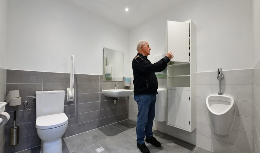 Marinus van der Leest in de nieuwe toiletruimte   | Fotonummer: d7d065