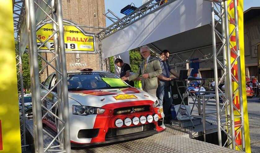 Burgemeester Hans Gaillard bij de start van de 55ste ELE Rally in Son en Breugel   | Fotonummer: a3a275