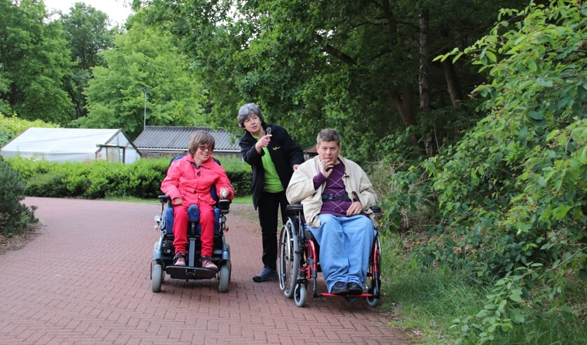 Doortje op pad met twee bewoners van Zonnehove   | Fotonummer: e05397