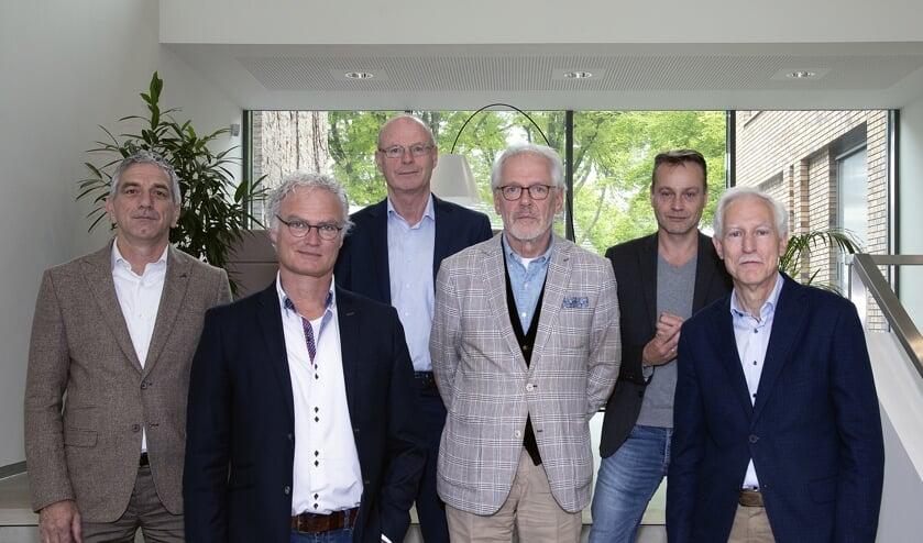 Jos de Bruin (DorpsVISIE), John Frenken (DorpsVISIE), gemeentesecretaris Rien Schalkx, burgemeester Hans Gaillard, Paul van Liempd (PvdA/GroenLinks) en Jan Boersma (CDA)   | Fotonummer: cef2c0