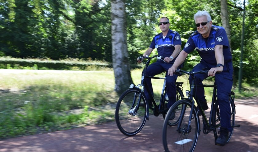 De BOA's Jurgen Peters (l) en Ronald van den Heuvel (r) op de fiets   | Fotonummer: 2ef3e8