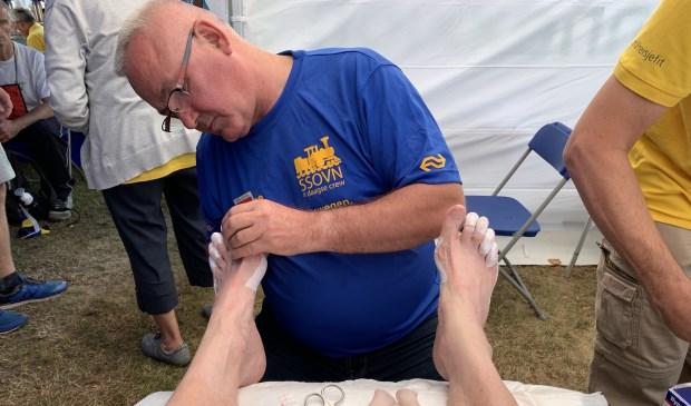 Ton laat zijn voeten verzorgen Foto: Ton van Brussel © DeMooiSonenBreugelKrant