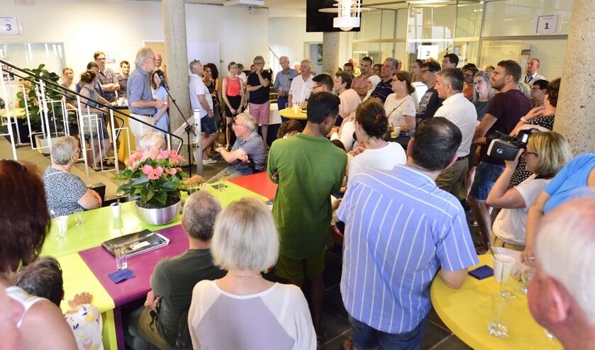 De nieuwkomers luisteren aandachtig naar de gesproken woorden van burgemeester Hans Gaillard   | Fotonummer: 376911
