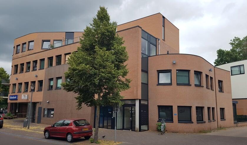 De Rabobank met daarboven de appartementen voor Begeleid Wonen     Fotonummer: 5055e6