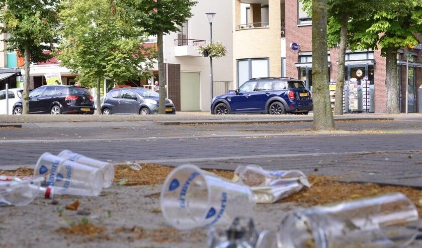 De plastic bekers liggen wekelijks op straat   | Fotonummer: a00545