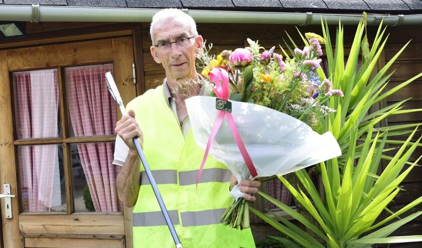 Martin van den Broek neemt het bloemetje in ontvangst   | Fotonummer: c62669