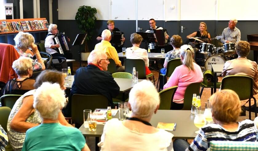 De senioren genieten van de muziek van BSA Music    | Fotonummer: 5fba6f