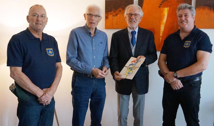 Hans Gaillard, met links van hem Henk Hutten, neemt het eerste lesboek in ontvangst (archieffoto)   | Fotonummer: eeb49c